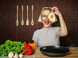 femme retro dans sa cuisine retro
