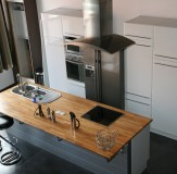 ilot central de cuisine avec évier et table de cuisson